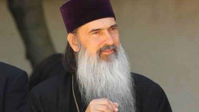 Arhiepiscopul Teodosie a ținut o slujbă de alungare a virusului! Noaptea, pe străzi, cu torțe și boxe