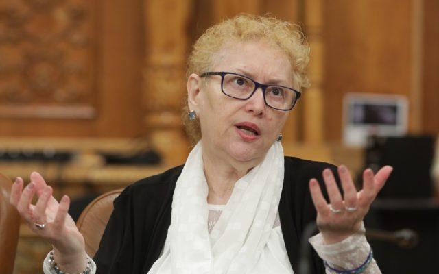 """S-a activat """"avocata poporului PSD"""". Renate Weber a așteptat să plece Firea de la Primărie ca să constate că e frig în apartamente"""