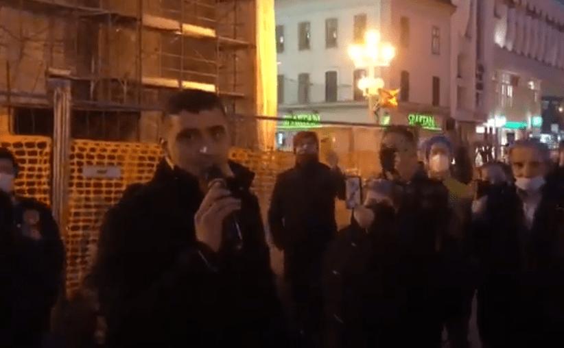 Liderul AUR, huiduit de revoluţionari şi alungat de pe treptele Catedralei din Timişoara / Jandarmii, nevoiţi să intervină