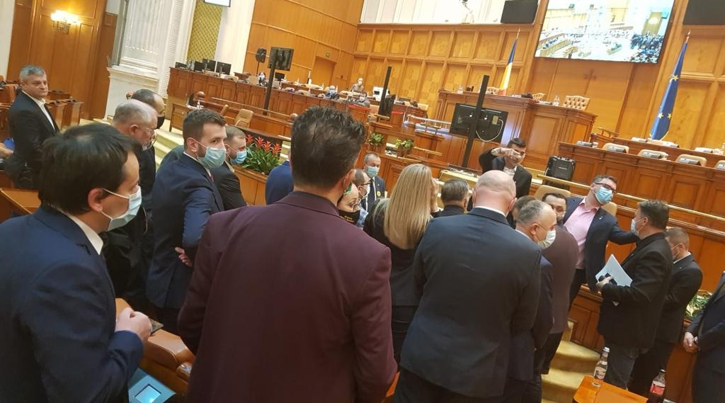 """Prima ieșire golănească a lui George Simion în Parlament. """"Tu să taci!"""", s-a răstit el către o deputată USR-PLUS care i-a cerut să-și pună masca"""