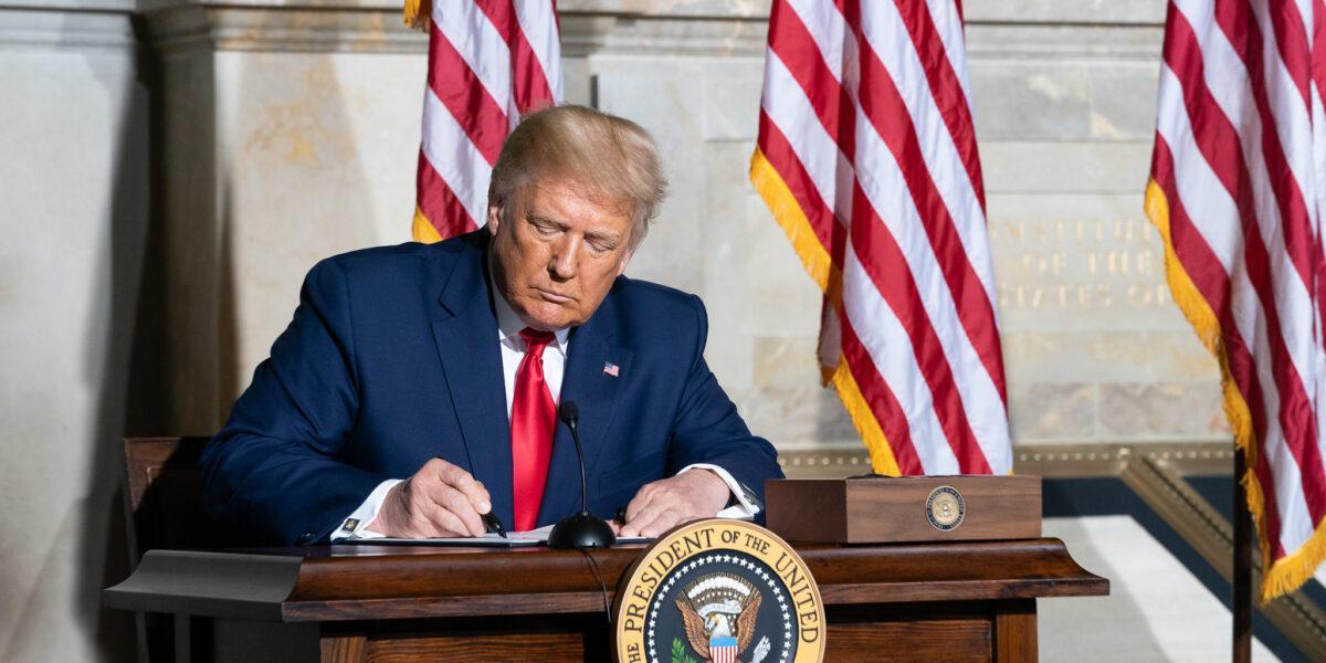 Donald Trump a semnat proiectul de lege privind noul plan de relansare economică în valoare de 900 de miliarde de dolari
