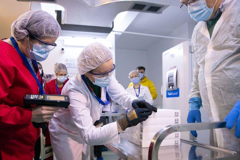 Începe vaccinarea anti-COVID în România. Cum se vor desfășura cele trei etape. Ce trebuie să știm