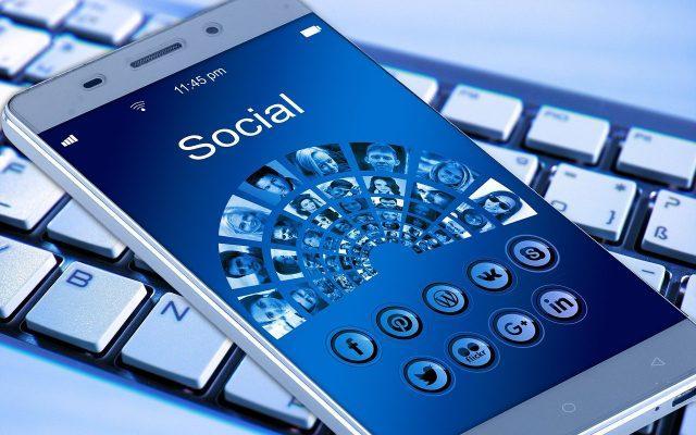 Dezbatere în Parlamentul European: Rețelele de socializare trebuie reglementate pentru a apăra democrația