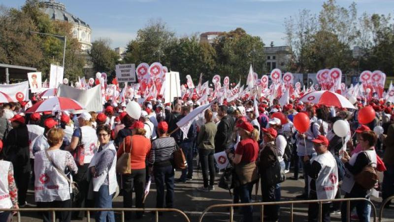 PSD își scoate sindicatele în stradă. Fără reacție când Dragnea călărea țara, Sanitas pichetează acum Parlamentul, iar polițiștii țipă la Guvern