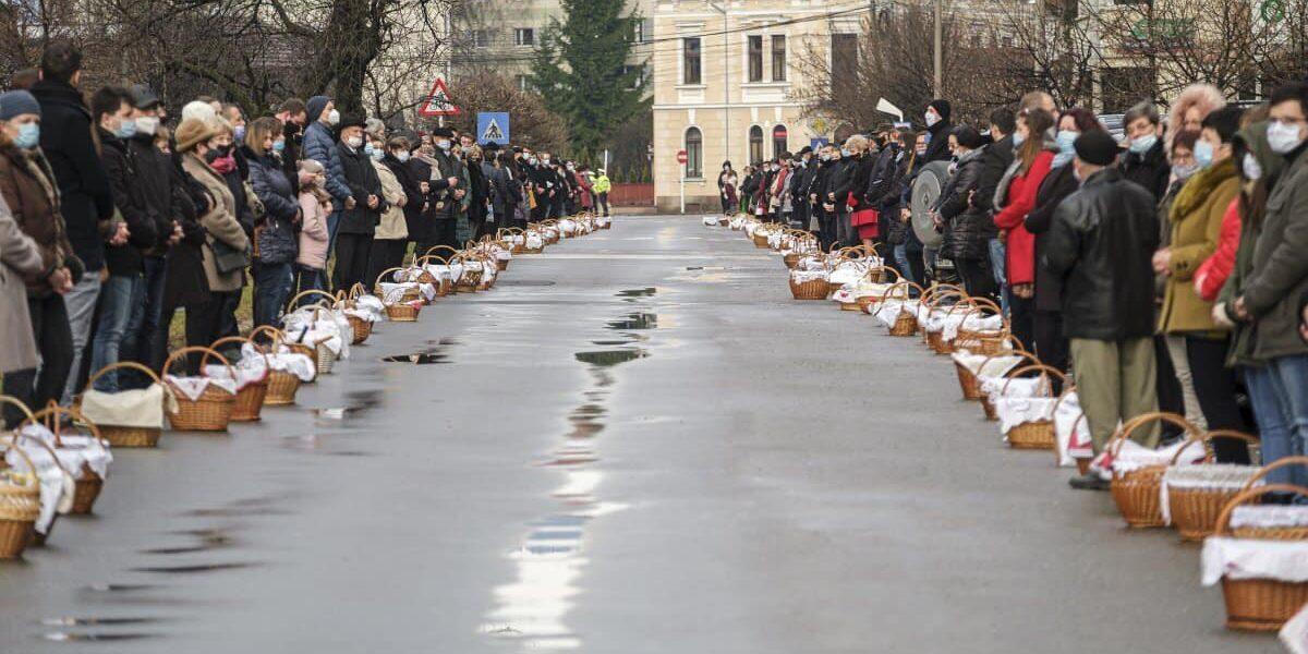 Imagini impresionante: cum s-a respectat distanțarea socială la slujba de Paște din Harghita