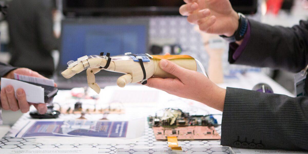 O Europă pregătită pentru era digitală: Comisia Europeană propune noi norme și măsuri menite să transforme Europa în polul mondial al unei inteligenței artificiale de încredere