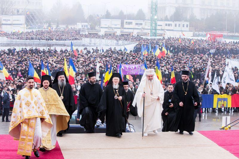 Întortocheatul drum al BOR către vaccinare: mesaj reținut al Patriarhului, preoți pro, preoți anti