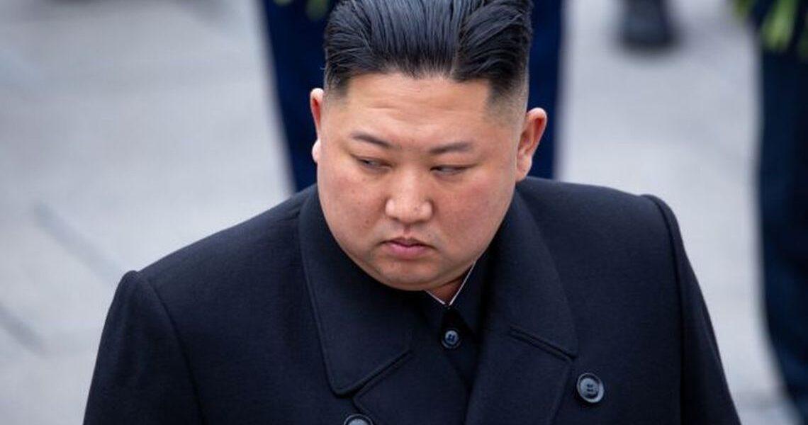 """Kim Jong-un îşi continuă lupta cu aşa-zisa """"decadenţă"""" occidentală: Dictatorul nord-coreean a interzis tunsorile cu chică şi blugii mulaţi"""