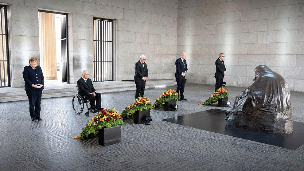 Angela Merkel și Frank-Walter Steinmeier, la 76 ani de la sfârșitul celui de-al Doilea Război Mondial: 8 mai 1945 a fost ziua eliberării. Să confruntăm naţional-socialismul va întări democrația noastră