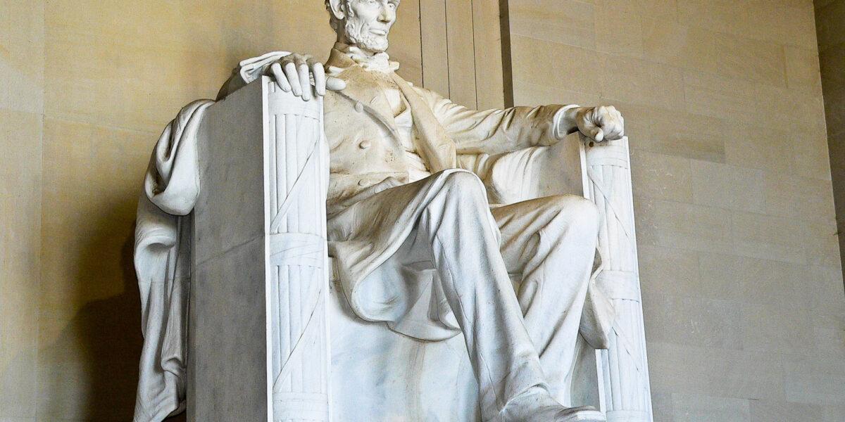 Cu zeci de ani înainte de Războiul Civil Lincoln a văzut furtuna ce se apropia și a lansat un avertisment