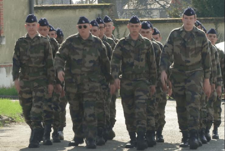 Vecina Serbia reintroduce serviciul militar obligatoriu, din 2022, atât pentru bărbați, cât și pentru femei