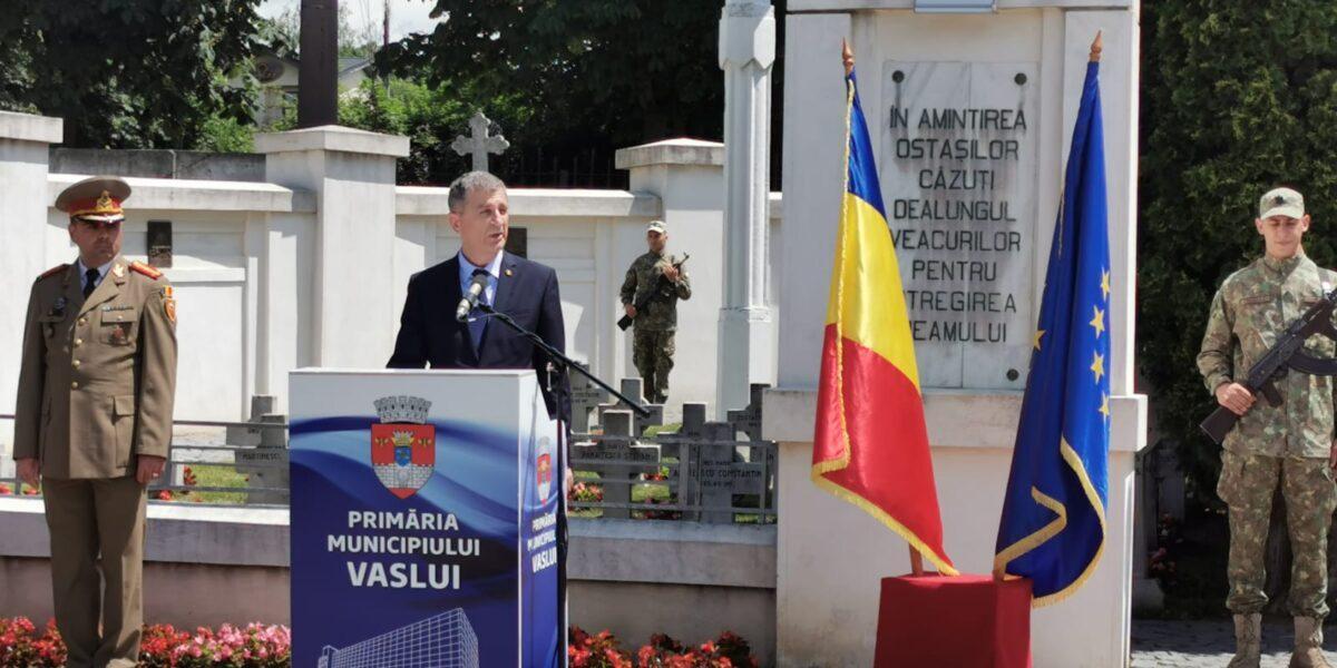"""Eroii români au fost comemorați cu fast la Monumentul """"Peneș Curcanul"""" din Vaslui"""