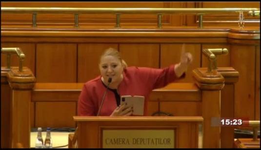 """Șoșoacă, urlete descreierate după ce Parlamentul a destituit-o pe Renate Weber. Anarhista rusofilă a mințit grosolan, pretinzând că Senatul SUA a decretat pandemia """"o minciună"""""""